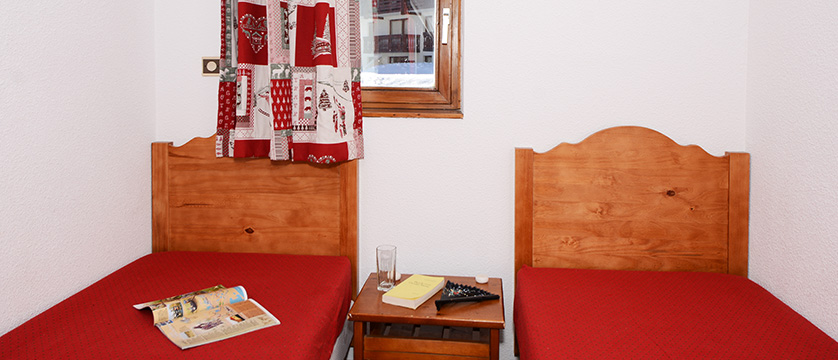 france_les-2-alpes_lours_blanc_apartments_bedroom.jpg